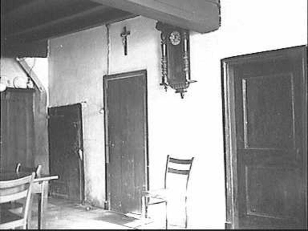 Slaapkamer Deuren : File:Heerd deuren naar kelder, slaapkamer ...