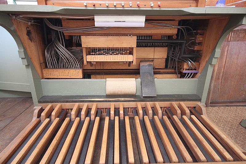 Datei:Heuchelheim - alte Martinskirche - Orgel - Spieltisch 18.jpg