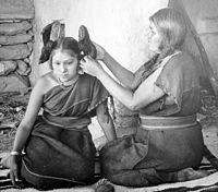 Γυναίκα της φυλής Χόπι φτιάχνει τα μαλλιά μιας ανύπαντρης κοπέλας.