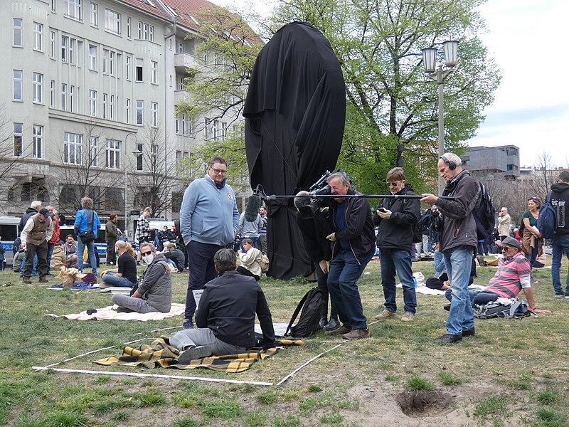 File:Hygienedemo nicht-ohne-uns Samstags in Berlin auf dem Rosa-Luxemburg-Platz auf der Volksbühne aber nicht Eure Kulisse 14.jpg