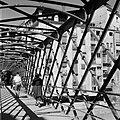 Ijzeren voetgangersbrug over de rivier Onyar, Bestanddeelnr 254-0812.jpg
