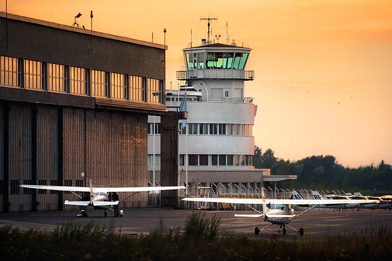 File:Ilta Helsinki-Malmin lentoasemalla.jpg