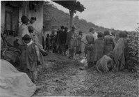 Indianer och expeditionsmedlemmar vid hus. Gran Chaco. Bolivia - SMVK - 003595b.tif