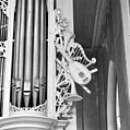 Interieur, detail van het snijwerk aan het orgel - Amersfoort - 20009344 - RCE.jpg