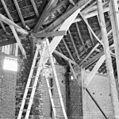 Interieur, overdekte mestvaalt, kapconstructie met detail bakstenen pijlers - 20000398 - RCE.jpg