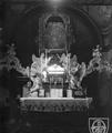 Jędrzejów - opactwo cystersów. Wnętrze kaplicy bł. W. Kadłubka, fot. K. Broniewski, przed 1914.png