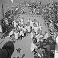 Jamboree 1963 te Marathon Griekenland Zwitsers met volkszang en dans op hun zit, Bestanddeelnr 915-4373.jpg
