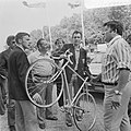 Jan Krekels met fiets voor Tour de France , rechts ploegleider Ton Vissers, Bestanddeelnr 926-5160.jpg