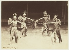 KITLV 3911 - Kassian Céphas - Dancers from the Kraton Yogyakarta perform a dance called Beksan Pidjer with Bima and Soejoedana - Around 1885.tif