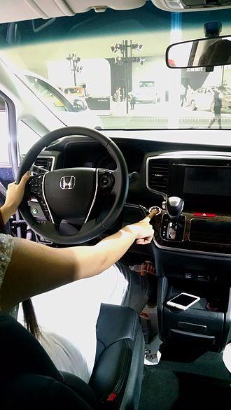 Smart key - A woman shows Honda Odyssey (international) Smart Entry System