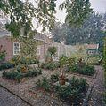 Kleine vrijstaande kas in tuin bij borg, perken met kuipplanten op de voorgrond - Leens - 20405671 - RCE.jpg