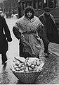 Kobieta sprzedająca pączki.jpg