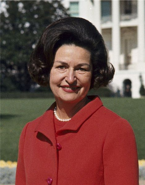 File:Lady Bird Johnson, photo portrait, standing at rear of White House, color, crop.jpg