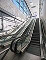 Lentoaseman rautatieaseman sisäänkäynnin liukuportaat.jpg
