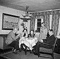 Links Willem van de Poll drinkt koffie met het gezin Dirchsen in hun woonkamer, Bestanddeelnr 252-8779.jpg