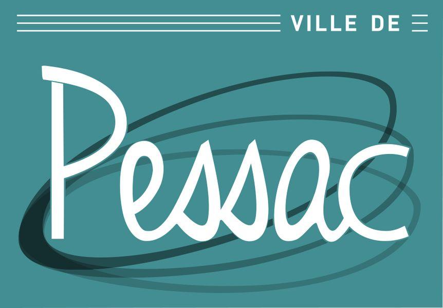"""Logo rectangulaire au format paysage. """"Pessac"""" est écrit en blanc sur un fond bleu canard. La notion """"Ville de"""" apparaît en blanc (police DIN) en haut à droite entourée, à gauche et à droite de 3 traits blanc couvrant la largeur du logo. 3 arceaux dégradés (du noir vers le gris clair) sont visibles derrière le mot Pessac."""