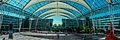 München, Flugplatz, Plaza zwischen den Terminals (Panoramaaufnahme aus 5 Einzelbildern) (14518251694).jpg