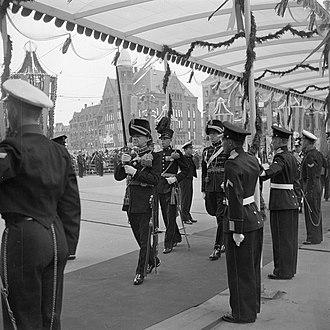 Regalia of the Netherlands - Image: Maandagochtend (volgnummer 14 39). De koninklijke stoet onder de pergola, op weg, Bestanddeelnr 255 7058