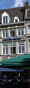 foto van Huis met lijstgevel, geleed door pilasters en omgekorniste profiellijsten.
