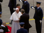 Marcelo Rebelo de Sousa recebe o Papa Francisco na Base Aérea de Monte Real (12 de Maio de 2017).png
