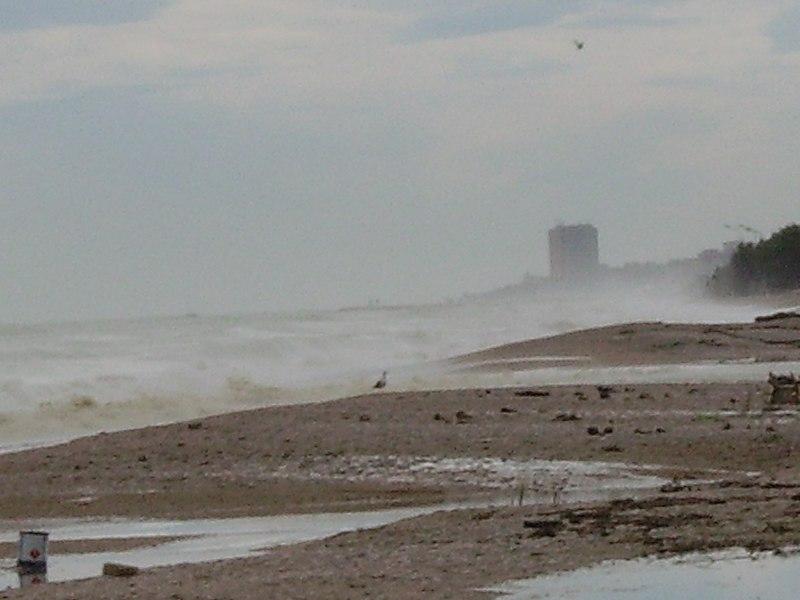 File:Mare mosso alla foce - panoramio.jpg