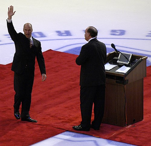 http://upload.wikimedia.org/wikipedia/commons/thumb/9/9c/Mark_Messier_retirement.jpg/500px-Mark_Messier_retirement.jpg