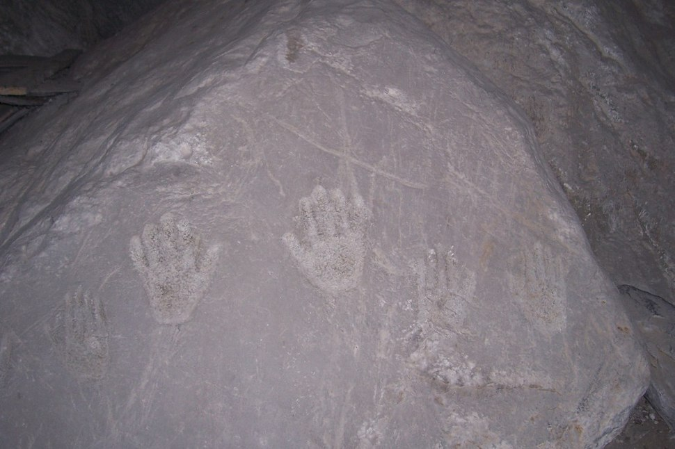 Masso con impronte di mani - Chiesa SS. Faustina e Liberata - Capo di Ponte (Foto Luca Giarelli)