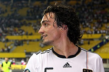 Hummels Plays Down Man United Reports, Arsenal Want Cech?
