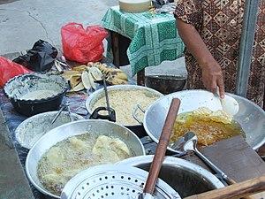 Bakwan - Image: Menggoreng bakwan