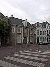 foto van Huis met geverfde lijstgevel op gepleisterde plint
