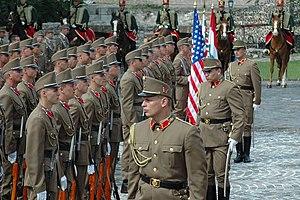 ddcca5fd54 Budapest Őr- és Díszezred katonái az Egyesült Államok elnökét fogadják a  Sándor-palota előtt, 2006. június 22-én (a háttérben huszárok láthatóak)
