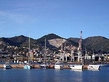 Il monte Gazzo e le strutture cantieristiche di Sestri Ponente, viste dal nuovo quartiere della Marina di Sestri