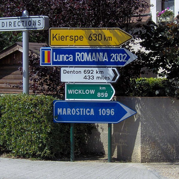 Sign stating the distances to the town hall of Montigny-le-Brettonneux, indicating the distance between the city and its sister cities.