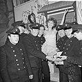 Musical No No Nanette in Carré, Marijke Morley te midden van brandweerlieden, Bestanddeelnr 917-4487.jpg
