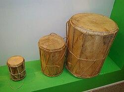 Tambores utilizados por los Tamborileros de Tabasco El mayor o