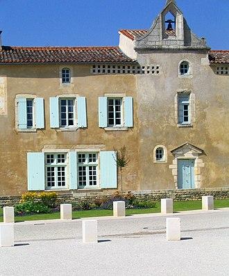 Nieul-sur-l'Autise - Houses on the church square of Nieul-sur-l'Autise
