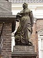 Nijmegen Rijksmonument 31118 Begijnenstraat 29 detail, beeld weesmeisje poort NH weeshuis.JPG