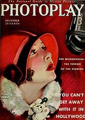 """Forma uyan kırmızı bir şapka takan genç bir kadının askıya alınmış bir mikrofona baktığı dergi kapağı.  Eşlik eden metinde """"Mikrofon — Stüdyoların Korkusu"""" ve daha büyük türde """"Hollywood'da Bundan Uzaklaşamazsınız"""" yazıyor."""