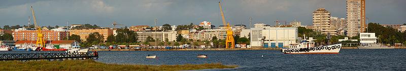 HUELVA, nuestra capital de provincia crece 800px-Panor%C3%A1mica_puerto_de_Huelva_02