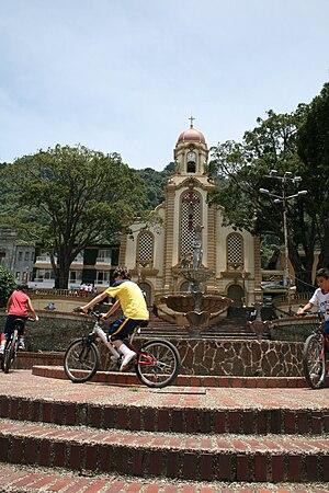 Fredonia, Antioquia - Image: Parque e Iglesia de Fredonia