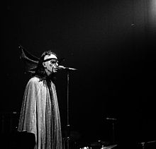 Peter Gabriel durante Watcher of the Skies (Massey Hall, Toronto, 2 maggio 1974)
