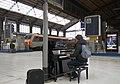 Piano dans le hall de la gare d'Austerlitz.jpg