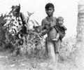 Pojke med ett litet barn i sin abe. Sulawesi. Indonesien - SMVK - 010787.tif