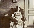 Porträtt av en kvinna som sitter i en blommig fåtölj - Nordiska Museet - NMA.0057949.jpg