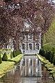 Reflet du château au canal inférieur (28119397936).jpg