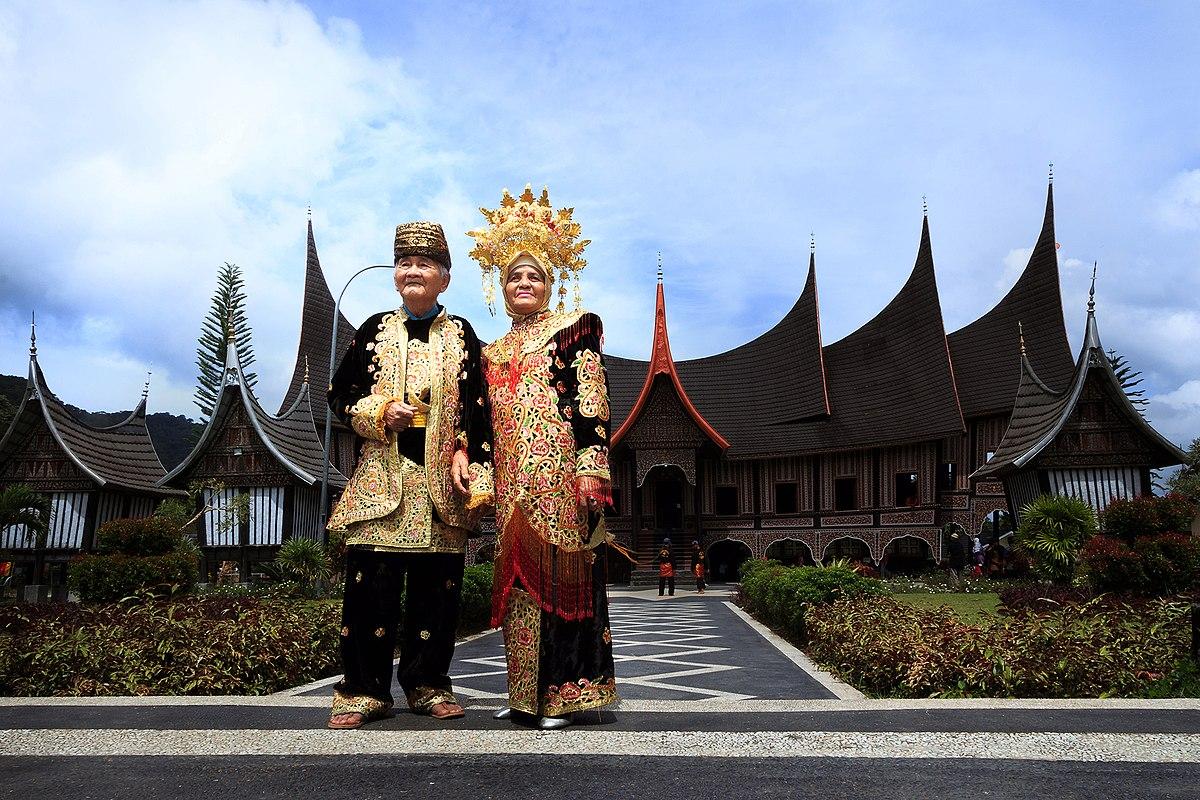 File Rumah Gadang Dan Baju Adat Minang Jpg Wikimedia Commons