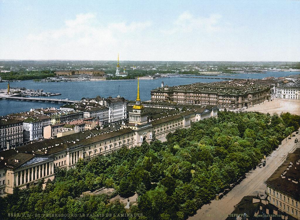 Vue sur l'Amirauté depuis la cathédrale Saint Isaac à Saint Petersbourg en Russie vers 1900.