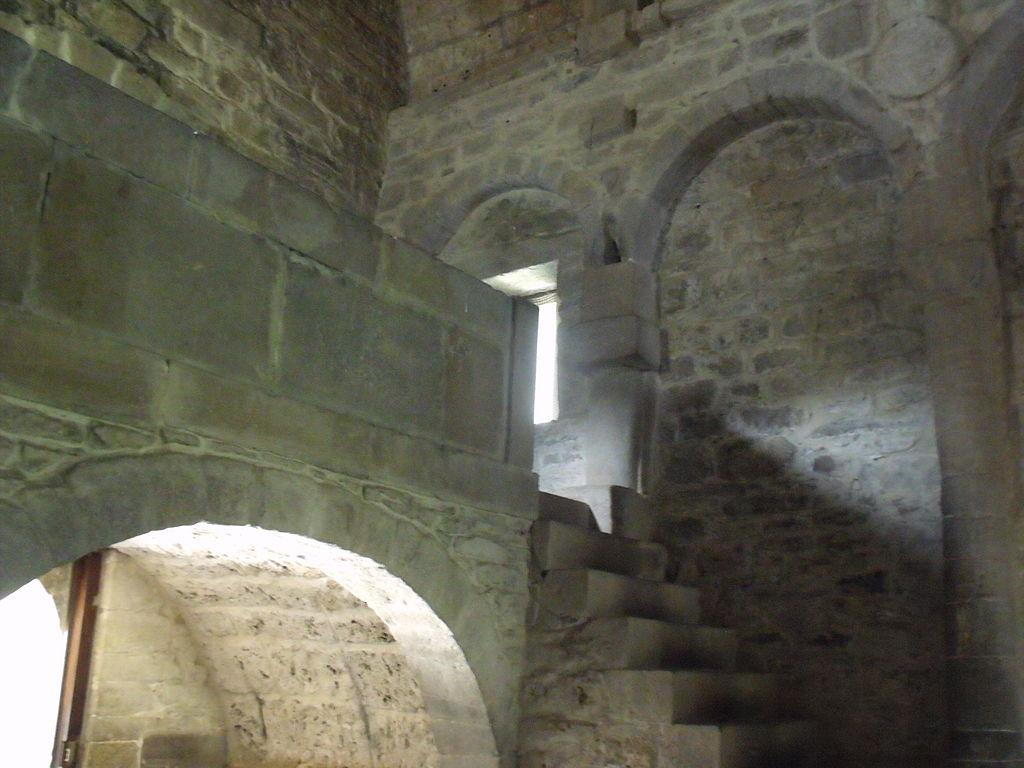 Escalera de acceso a la tribuna superior.