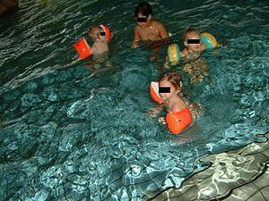 Kinder mit Schwimmflügeln