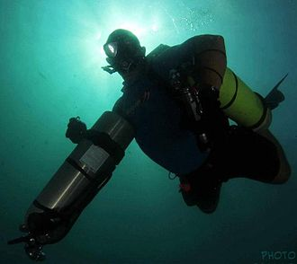 Sidemount diving - Sidemount diver removes a cylinder on ascent.